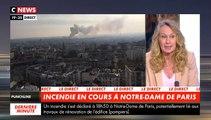 Violent incendie en cours sur le toit de la Cathédrale Notre Dame de Paris avec des flammes qui s'élèvent dans la ciel de la capitale