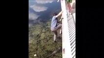 Il saute sur le dos d'un crocodile depuis un pont !