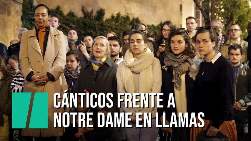 Franceses cantan un Ave María frente al incendio de Notre Dame