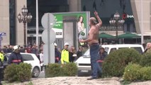 Cadde Ortasında Üzerine Benzin Döküp Kendini Yakmaya Çalıştı