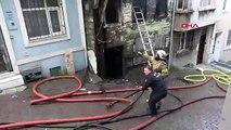 Beyoğlu'nda metruk bina yangın sırasında çöktü