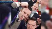 Marc Overmars et Edwin van der Sar fêtent la qualification de l'Ajax avec les supporters