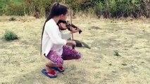 """Elle jouait magnifiquement """"Hallelujah"""" avec son violon pour un écureuil"""