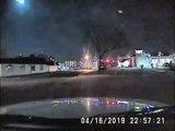 Ce policier filme une météorite énorme de sa voiture !