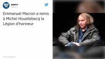 Emmanuel Macron a remis à Michel Houellebecq la Légion d'honneur