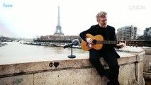 Glen Hansard chante «Don't Settle» sur le pont de Bir-Hakeim