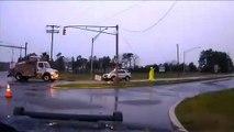 Ce employé risque sa vie en manipulant un câble électrique sous la pluie !