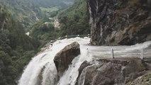 Une route inondée par une cascade