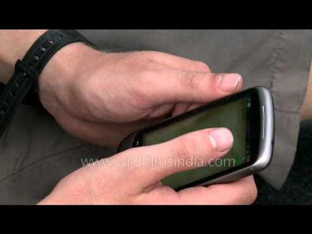European game freak plays tetris on mobile at India-Pakistan border!