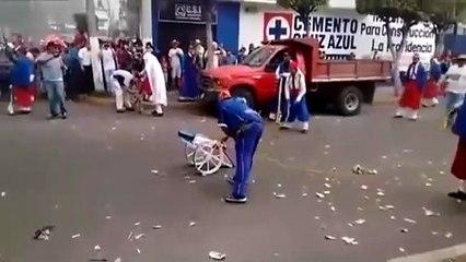 Un petit canon tire bien plus fort que prévu pendant une fête dans la rue