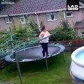 Elle tente un plongeon d'un trampoline et se rate... Douloureux