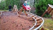 Ce papa a fabriqué des montagnes russes pour ses enfants dans son jardin !