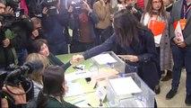 Arrimadas vota tras negarle el saludo un miembro de su mesa electoral