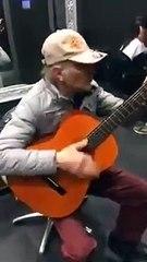 Un artiste de rue joue du Ennio Morricone