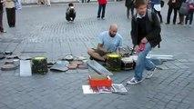 Street artiste musicien avec peu de moyens
