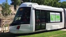 Le tram passe pour la première fois devant les remparts
