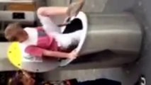 Un gamin veut se cacher dans une poubelle mais il n'a pas vu qu'elle a un double fond