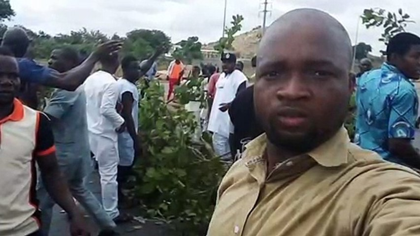 Gbagyi Community blocks Vice President Yemi Osinbajo's convoy and other commuters on the airport road to protest land grabbing in Abuja
