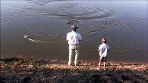Quand un alligator vient croquer le bateau télécommandé d'un enfant...