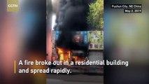 Un homme utilise une grue pour sauver 14 personnes piégées dans un bâtiment en flammes