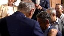 Revilla, emocionado al aparecer por sorpresa su primer diputado en la pegada de carteles del partido