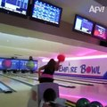 Elle provoque une énorme fuite d'eau en lançant une boule de bowling