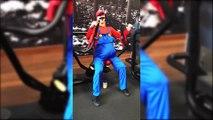Super Mario... fait de la muscu à la salle de sport LOL