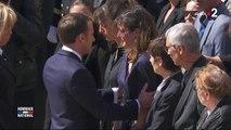 Hommage aux militaires tués au Bénin : Emmanuel Macron console la compagne d'Alain Bertoncello en pleurs