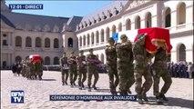 """Hommage national: les militaires entonnent """"Loin de chez nous"""" aux Invalides, leur chant d'adieu à Cédric de Pierrepont et Alain Bertoncello"""