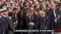 Hommage aux héros: Le Président Emmanuel Macron et son épouse réconfortent les familles des deux soldats en larmes - VIDEO