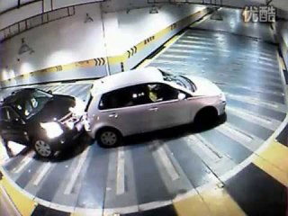 #搞笑 #新手上路 上海女司机重新定义开车