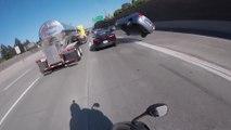 Une voiture fait des tonneaux sur l'autoroute après avoir grillé la priorité d'une moto