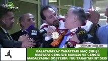 """Galatasarray taraftarı maç çıkışı Mustafa Cengiz' sarıldı ve Cengiz madalyasını gösterip: """"Bu taraftarın"""" dedi"""