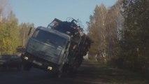 Viral Classics : une voiture évite de peu un camion chargé de troncs d'arbres