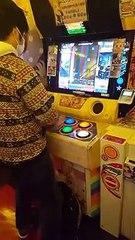 2 joueurs de niveau différent sur une borne d'arcade Pop'n Music