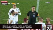 Ligue 2 : un arbitre prend sa retraite... en donnant ses cartons aux joueurs (vidéo)