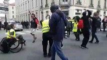 Nancy : les gilets jaunes dansent devant les forces de l'ordre rue Saint Dizier