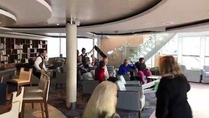 Un bateau de croisière en panne en pleine tempête