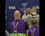 LdC (F) - Ada Hegerberg reçoit le trophée de joueuse du match des mains de sa meilleure amie