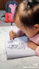 Un petit enfant dessine un chat