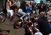 Il veut draguer deux filles en les faisant monter sur sa moto mais ça finit mal !