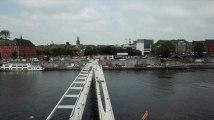 Survol de l' Enjambée, la passerelle qui traverse la Meuse à Namur