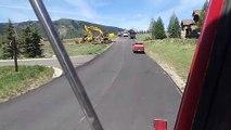 Un conducteur de pelleteuse en très mauvaise situation en bord de route...