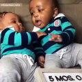 Ces deux bébés jumeaux sont juste à croquer. Trop mignons !