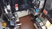 Kevin braque un fast food mais n'arrive pas à ouvrir la caisse