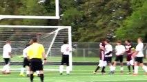 Un footballeur marque un but des fesses sur corner
