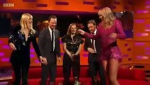 Taylor Swift chạm mặt Sophie Turner tại The Graham Norton Show
