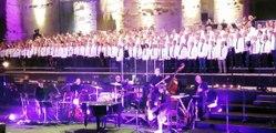 Orange : 1200 choristes chantent Goldman