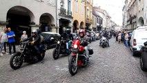La parade des Harley-Davidson sous les arcades de Louhans