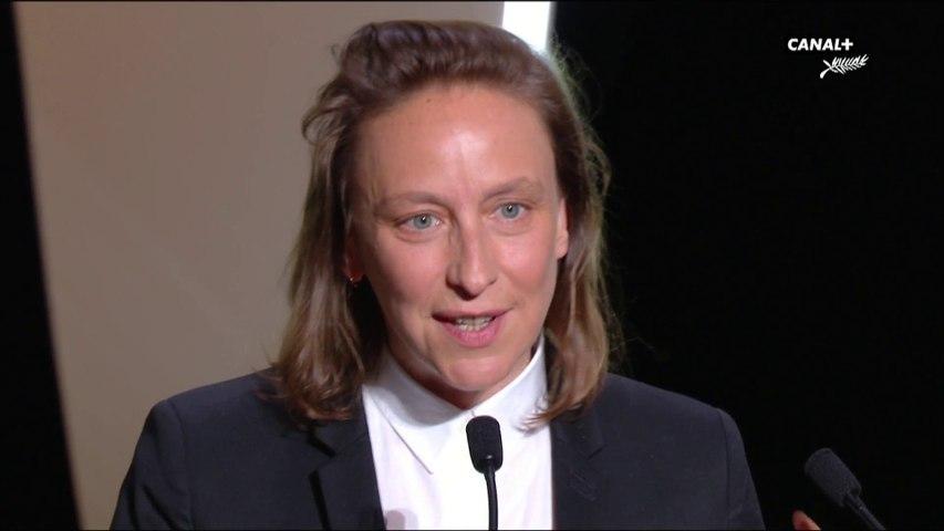Céline Sciamma reçoit le prix du scénario  pour le film Portrait de la Jeune Fille en Feu - Cannes 2019